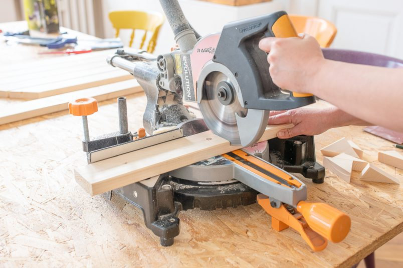 DIY Foldable Space Saving Table - Cutting The Timber